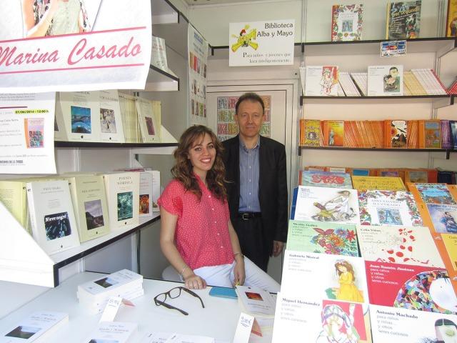 """Firmando """"Los despertares"""" en la Feria del Libro de Madrid 2014. Con el escritor Carlos Mora"""