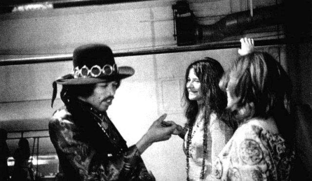 Jimi Hendrix con Janis Joplin y una tercera persona de espaldas