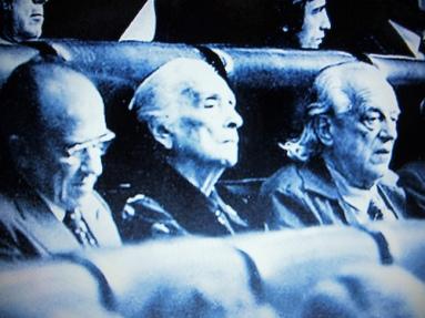 """Rafael Alberti junto a Dolores Ibárruri, """"La Pasionaria"""", como diputado del PC por Cádiz en las primeras Cortes democráticas españolas desde la Transición, en  1977"""