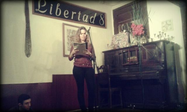 Recitando en el café madrileño Libertad 8