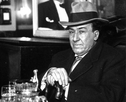 Antonio Machado, retratado por el fotógrafo Alfonso, en el Café Salesas de Madrid, 1934