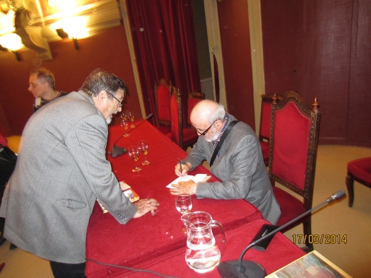 El autor, Ch. Abada, firmando ejemplares de su obra al concluir el acto
