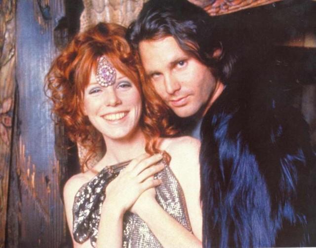 Pamela Courson y Jim Morrison posando en Themis en 1970