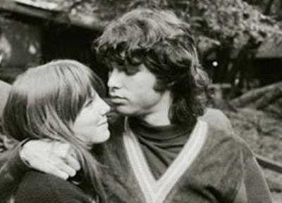 Pamela Courson y Jim Morrison en los años sesenta
