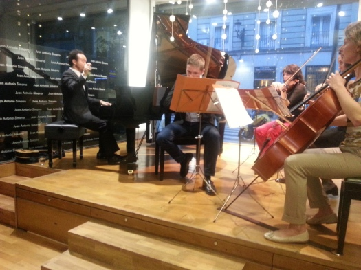 Juan Antonio Simarro y el Cuarteto Pergolesi en la tienda de instrumentos  Hazen
