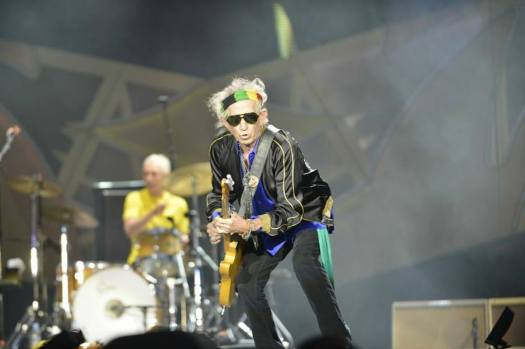 Keith Richards durante el concierto. De fondo, Charlie Watts a la batería