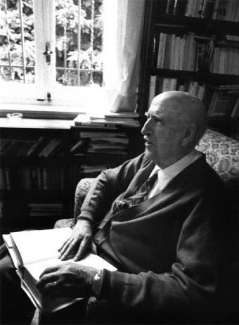 Vicente Aleixandre en su salón, años ochenta