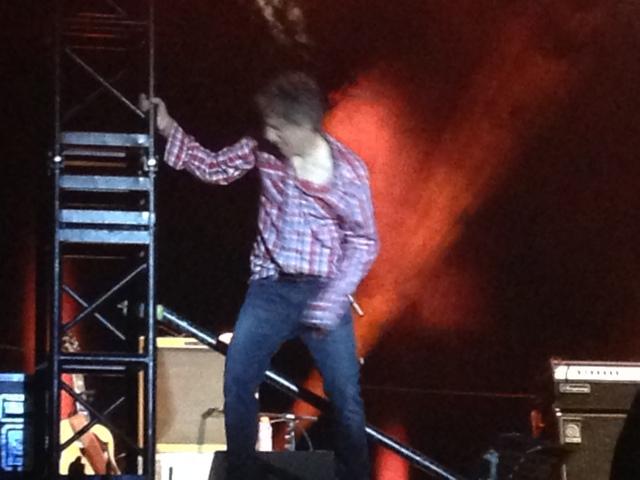 Anoche en el concierto, el momento en que Erentxun se sube al altavoz para sorprender al público