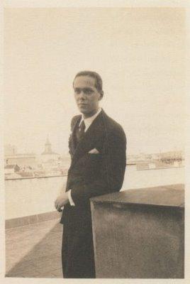 Luis Cernuda en una azotea de la Calle Mayor, Madrid, 1930