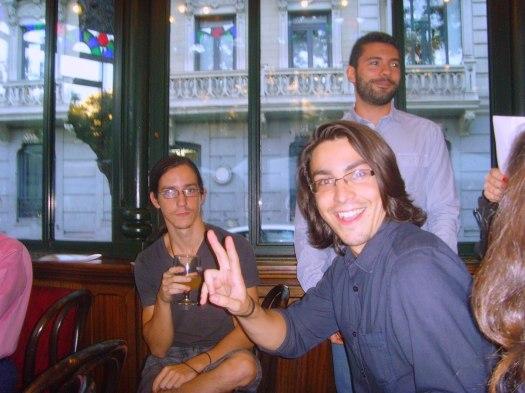 Momentos previos al acto. Los poetas Eric Sanabria y Fernando Antequera, y el hermano del primero, Jaime