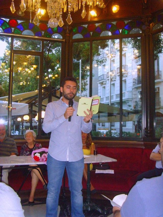 El poeta Fernando Antequera recitando