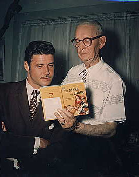 Guy Williams junto al creador del Zorro, Johnston McCulley