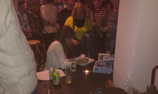 Marina Casado firmando ejemplares de su libro