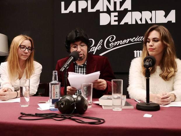 Recitando en el Café Comercial en 2014, con Déborah Alcaide y Leo Zelada