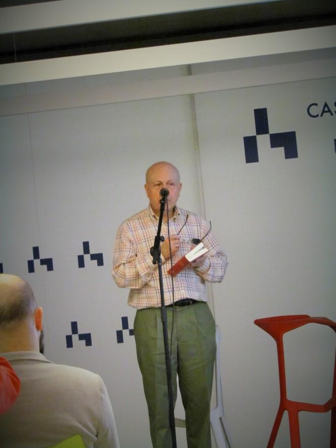 Javier Lostalé recitando un poema de Antonio Carvajal