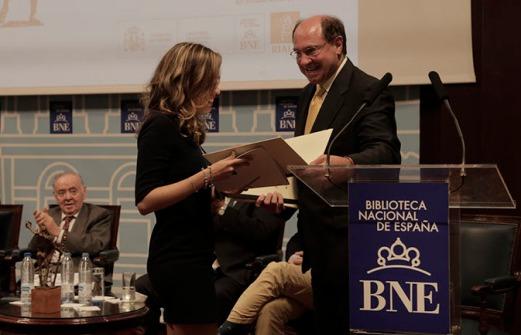 Recibiendo el diploma de manos de Carmelo Guillén Acosta